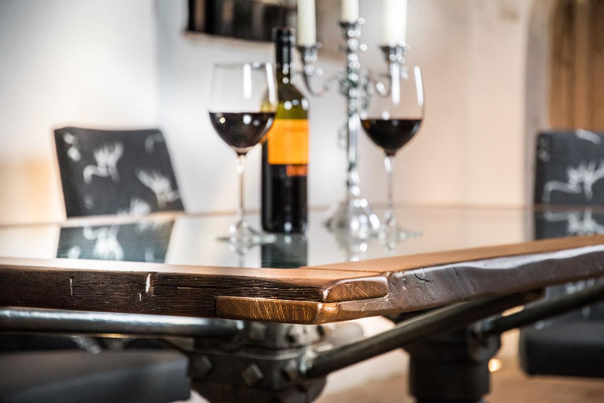 Exklusiver Esstisch aus Altholz mit Glasplatte - Barrique Möbel